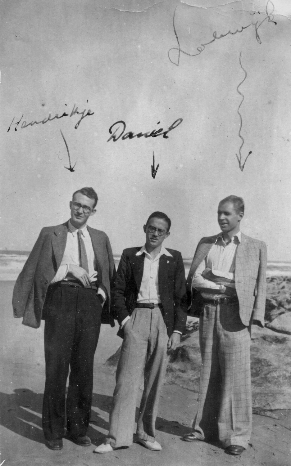 De Moulin (middle) with fellow 'Engelandvaarders' Jan Willem Gaillard and Lodewijk Parren at the beach Praia Das MaçÃs, Portugal, 1943. Het Utrechts Archief