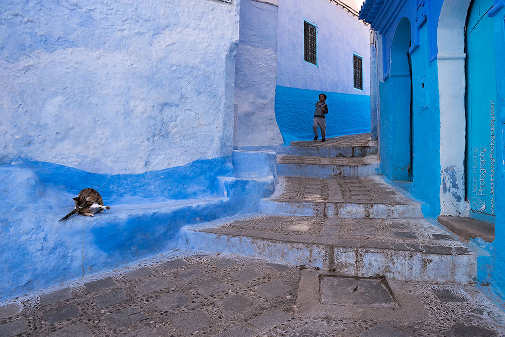 Boy-and-Cat-in-the-Alley-Chefchaouen-Morocco-Copyright-Jean-Huang-Photography-Verticle