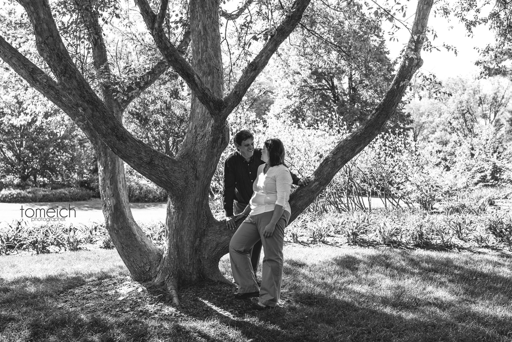 An engagement photo in St. Louis Botanical Garden. Couple resting at a tree. #saintlouisengagement #engagementphoto #tomeichphotographer