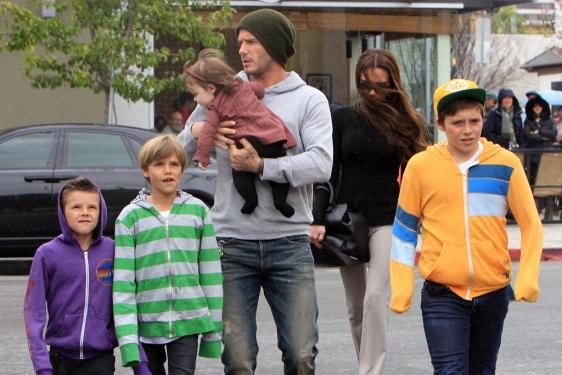 Victoria con su familia./ Victoria with her family.