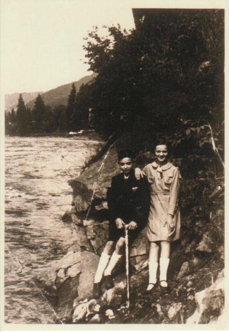 Avec Erika, au bord du Prut, lors de notre dernier voyage à Worochta en 1933.