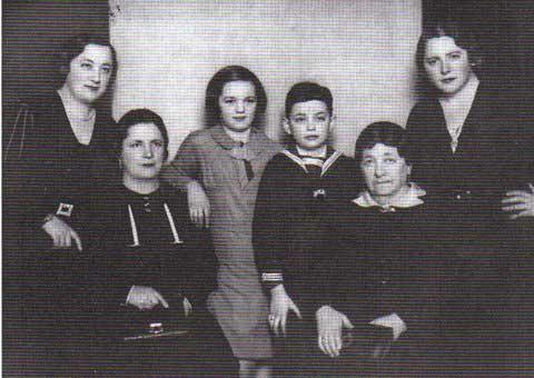 Ma grand-mère, à sa gauche Tante Klara, à l'opposé Maman. Assise près d'elle, Tante Sophie en visite à Vienne. Au centre, Erika et moi.