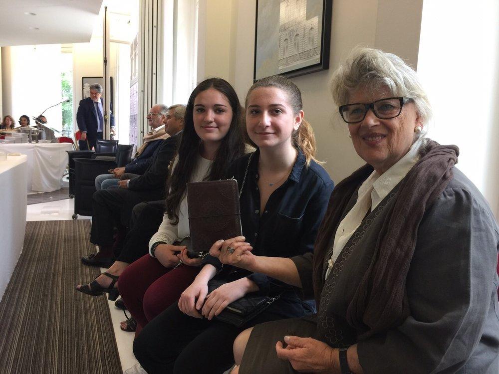 Mme Revcloevschi, sa petite-fille et son amie qui ont gagné le Concours National de la Résistance et de la Déportation, suite à l'interview faite de P. Schaffer.
