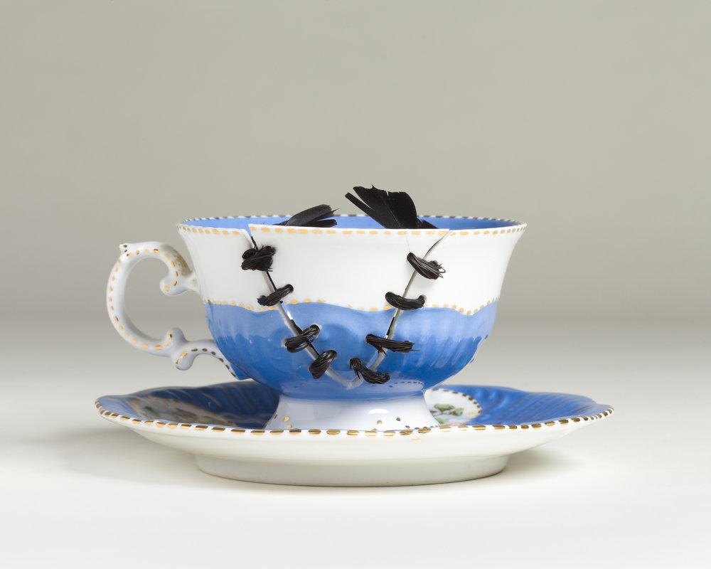 Híbrido, 2014, Juego de té de porcelana portuguesa, plumas de ala de cuervo, 10 x 15 x 15 cm