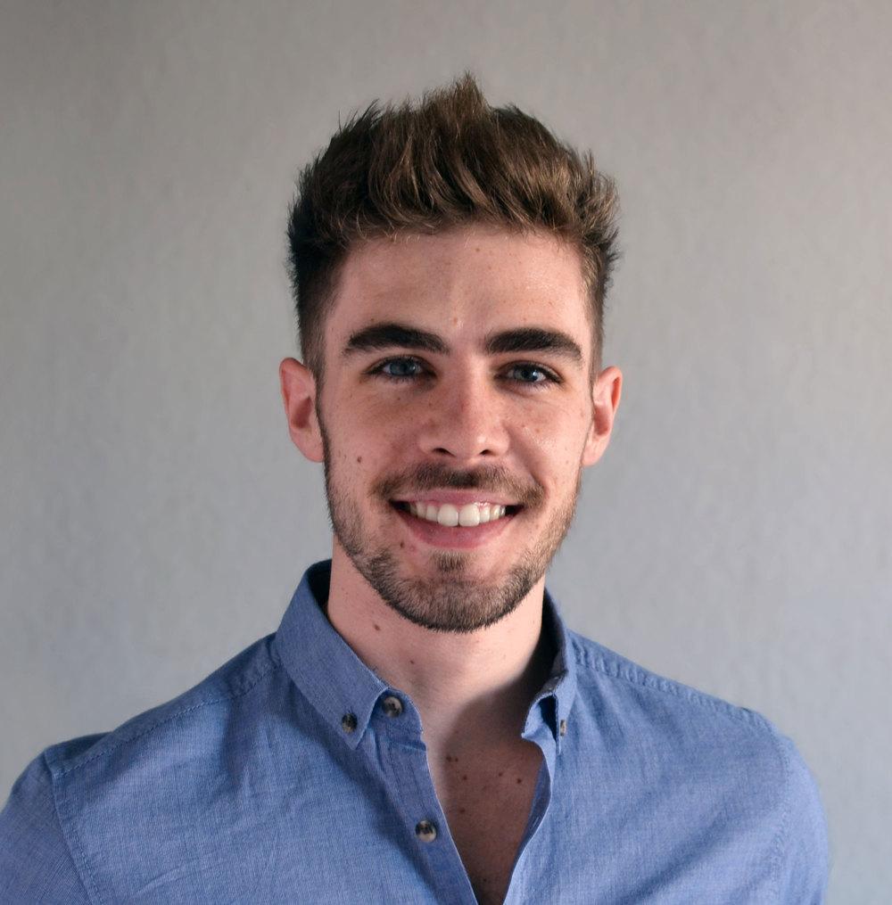 MATT BOARDMAN Matt es un coach de comunicación que ha ayudado a más de 100 empresas en Madrid a identificar su historia esencial y venderla a clientes a través de una presentación concisa y emocionante. Cree que, sea un pitch formal o sea una conversación casual, sólo tenemos una oportunidad de 2 a 5 minutos para convencer a un cliente o perderle. De Inglaterra, y graduado en la Universidad de Cambridge, Matt fue consultor de liderazgo en Deloitte durante 3 años donde gestionó una academia de liderazgo para el Gobierno del Reino Unido. Por 2 años ha estado formando a empresas sobre cómo vender mejor, para clientes como el IE Business School, Google Campus, la Universidad Politécnica de Madrid, Sanitas y Banco Santander.