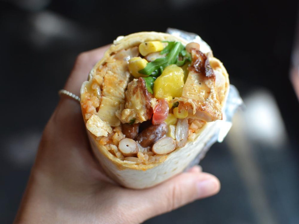 Sweet Chili Chicken Burrito - Unser Sweet Chili Chicken Burrito mit Sweet Chili Chicken, Tomatenreis, Mangosalsa, Pintobohnen, Mais- , Tomatensalsa, Rucola und Sweet Chili Soße.