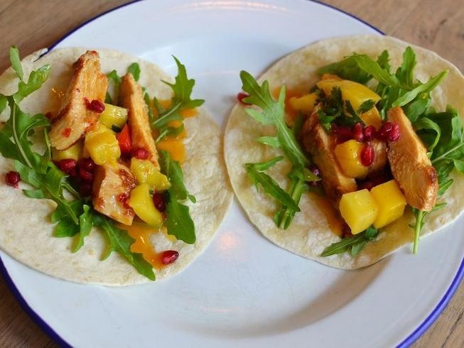 Sweet Chili Tacos - Herzhaft erfrischende sweet Chili Tacos mit frischem Granatapfel. Die perfekte Mahlzeit für die heiße Jahreszeit. Frisch und gesund!