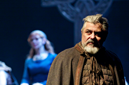 Darrell D'Silva as Siward (foreground) and Siobhan Redmond as Gruach (background)