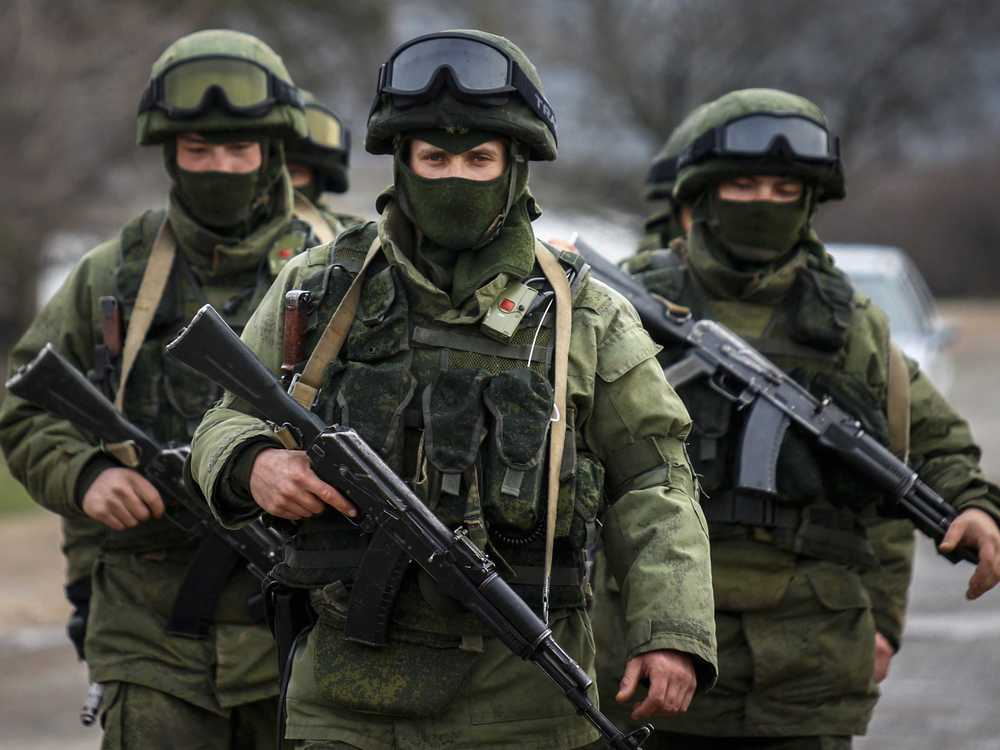 Armed men, believed to be Russian servicemen, march outside an Ukrainian military base in the village of Perevalnoye near the Crimean city of Simferopol March 9, 2014. ( Reuters Photo: Thomas Peter )
