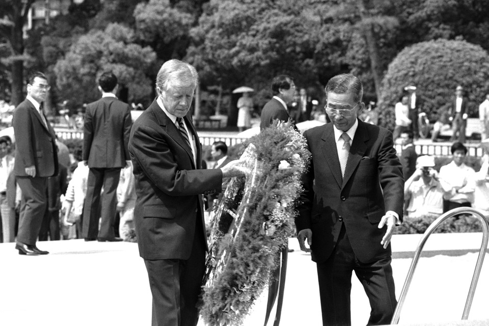 Former President Carter laying a wreath at the Hiroshima Peace Park, 5 May 1984. (Katsumi Kasahara/AP)