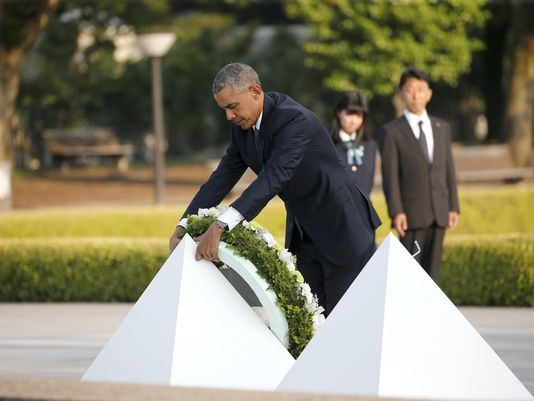 President Obama lays a wreath at Hiroshima Peace Memorial Park on May 27 2016.(Shuji Kajiyama/AP)