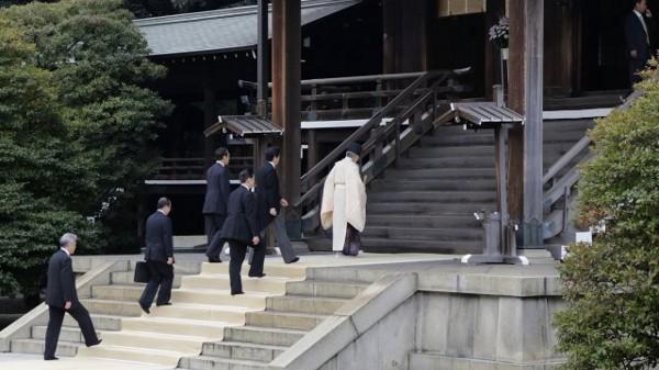 Shinzo Abe visits Yasukuni. (BBC News)