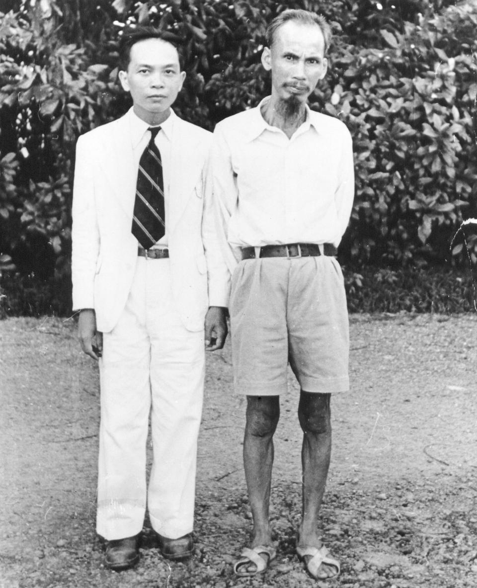 Võ Nguyên Giáp and Ho Chi Minh in August 1945 (Wikimedia Commons)