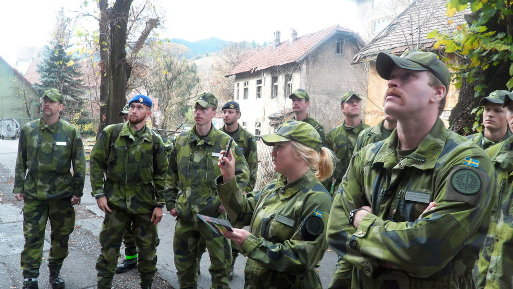 Cadets view the sign on the Nordbat 2 school in Vareš and testify of the city's appreciation of the Swedish UN Federation's efforts in autumn 1993. (Johan Nordén/Försvarsmakten)