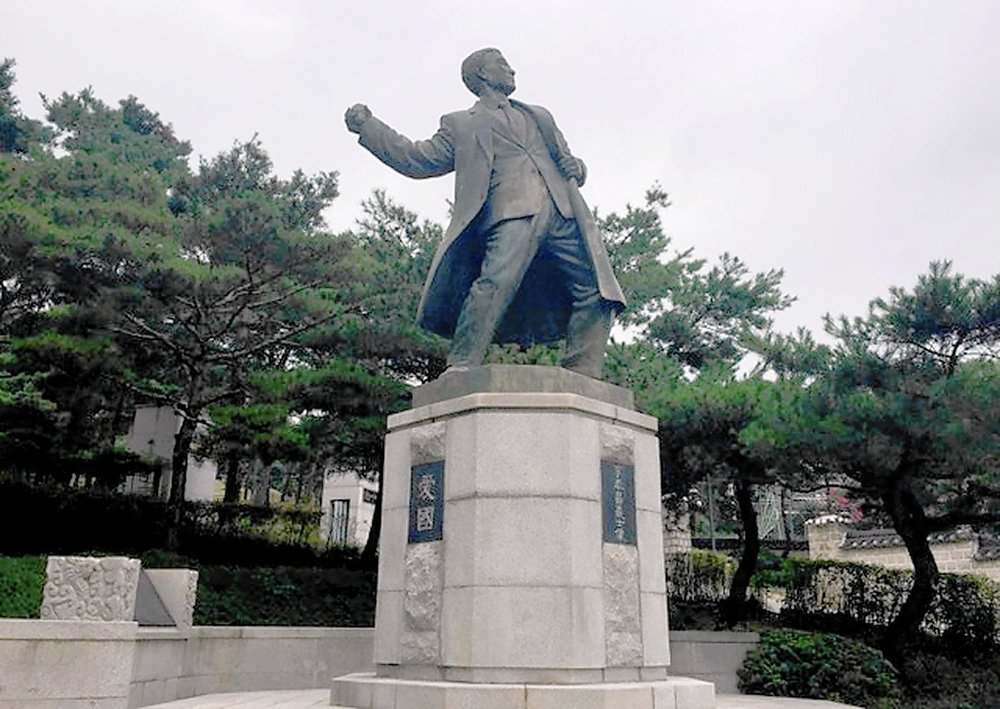 Lee Bong-chang's statue in Hyochang Park in Seoul. In 1932, Lee threw a grenade toward Japanese Emperor Hirohito in an assassination attempt.(Steven Borowiec/LA Times)