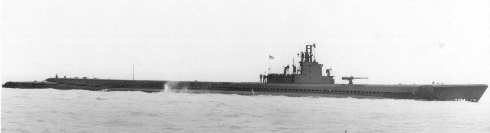 USS Tinosa (SS-283), broadside view, c. 1944 (Wikimedia)