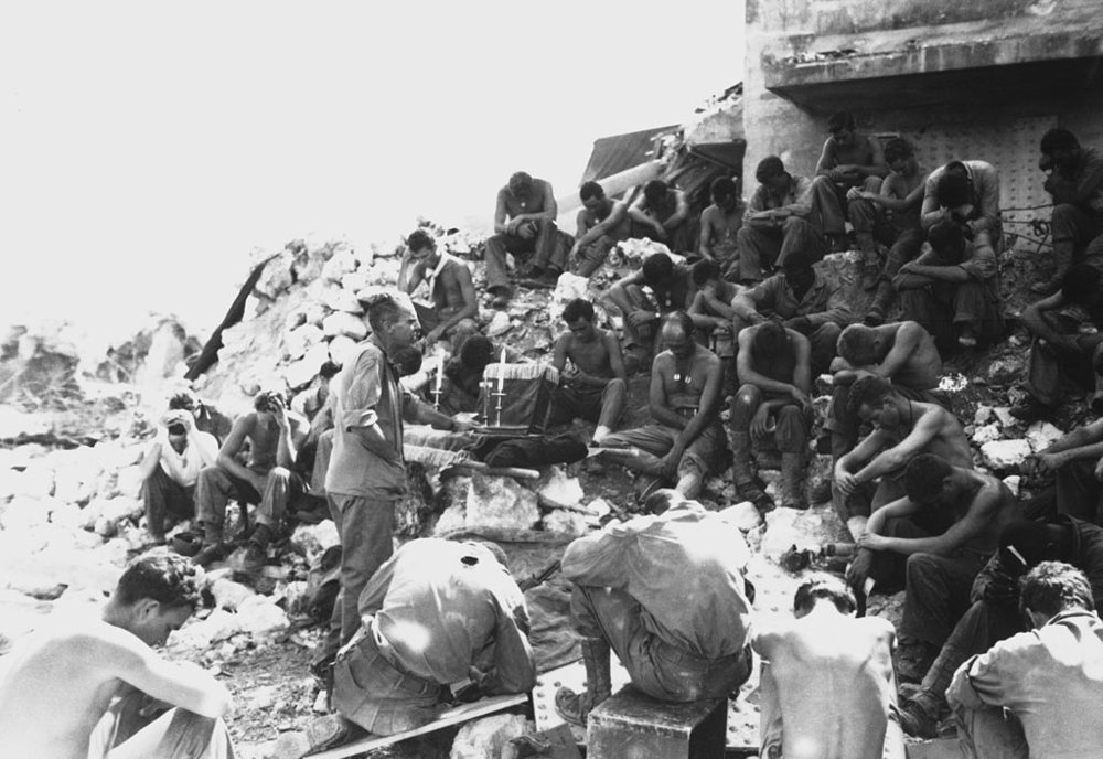Protestant Chaplain Rufus W. Oakley holding services within a few hundred yards of Japanese positions, well within range of their mortars if they had chosen to throw them at Peleliu. (USMC Photo/Wikimedia)