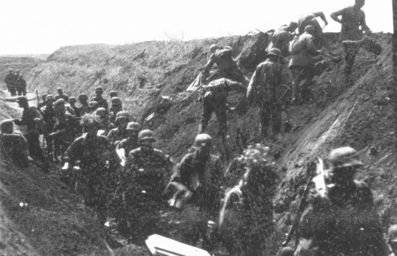 Kursk 1943: German soldiers move along an anti-tank ditch, while combat engineers prepare charges to breach it. (German Federal Archive/Wikimedia)