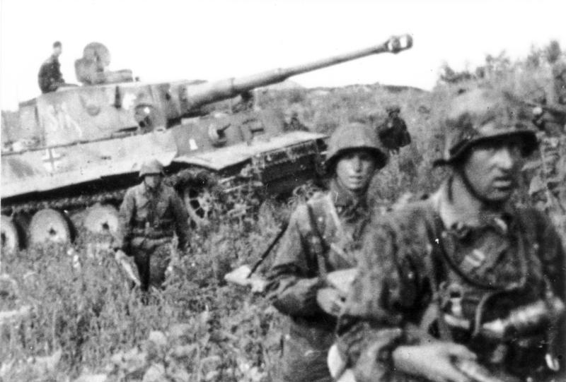 Kursk 1943: 2nd SS Panzer Division soldiers, Tiger I tank, in June 1943 just before the battle. (German Federal Archive/Wikimedia)