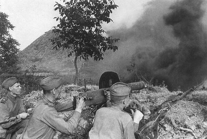 Kursk 1943: A Soviet machine gun crew during the battle. (Wikimedia)