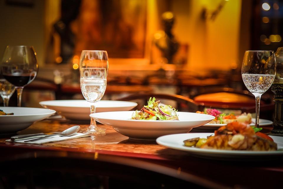 https://pixabay.com/static/uploads/photo/2015/09/14/11/43/restaurant-939435_960_720.jpg