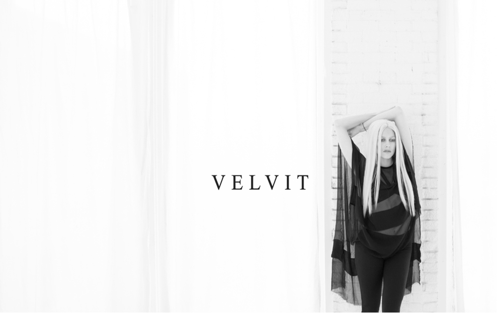 Velvit model Aislinn wearing the Prêtresse Tunic, Belle Noir Bralette and Oiseau Noir Leggings from THE ØRDER.