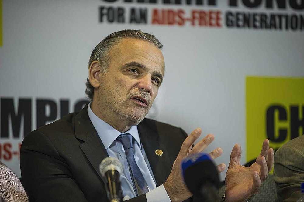 UNAIDS Deputy Executive Director, Luiz Loures, addresses the media.