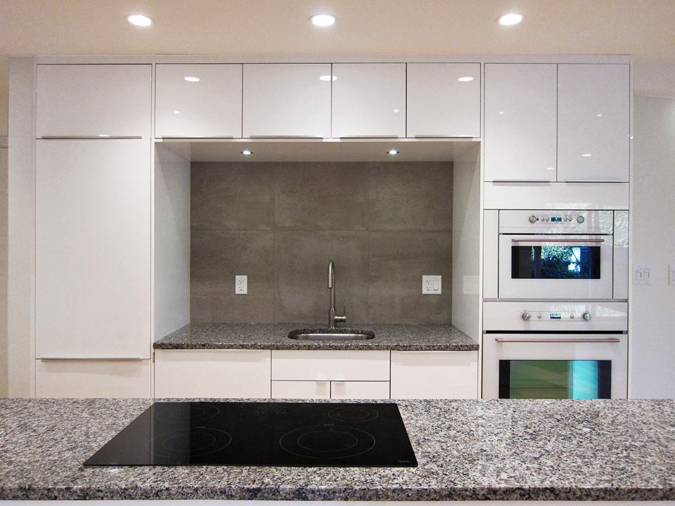 kitchen_white_mirowave-sink.jpg