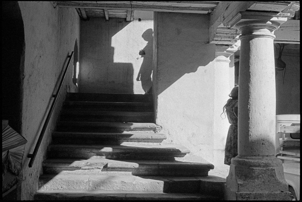 Esta imagen es identificada como nivel 5 por Juan Jose Reyes. La aparente existencia de un portal que transporta o conecta la figura humana del pie de las escaleras hasta la parte alta crea una ligera desorientación cognitiva que una vez resuelta genera un satisfacción y memorabilidad.Henri Cartier-Bresson, Oaxaca, México 1964.