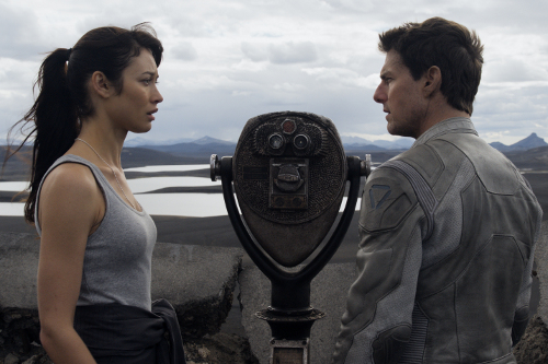 Olga Kurylenko and Tom Cruise in Oblivion (Image © Universal)