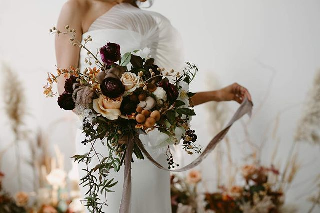Sara Jane over @thatchfloral is something special.  I'm getting back to these photos from @vineandflourish and in awe of all the beautiful things.
