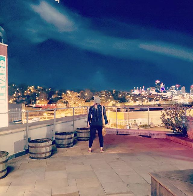Boulevard, beers, friends, and views. ✌ . . . #kansascity #findyourself #dailyinspiration #missouri #travelmore #wonderlust #expandyourplayground #explore #experience #travel #wanderlust #travelgram #travelgirl #outdoors #adventurethatislife #skyline #scenery #beautiful #travelphotography #love #winter #sky #adventure #beer #wander #photooftheday #night