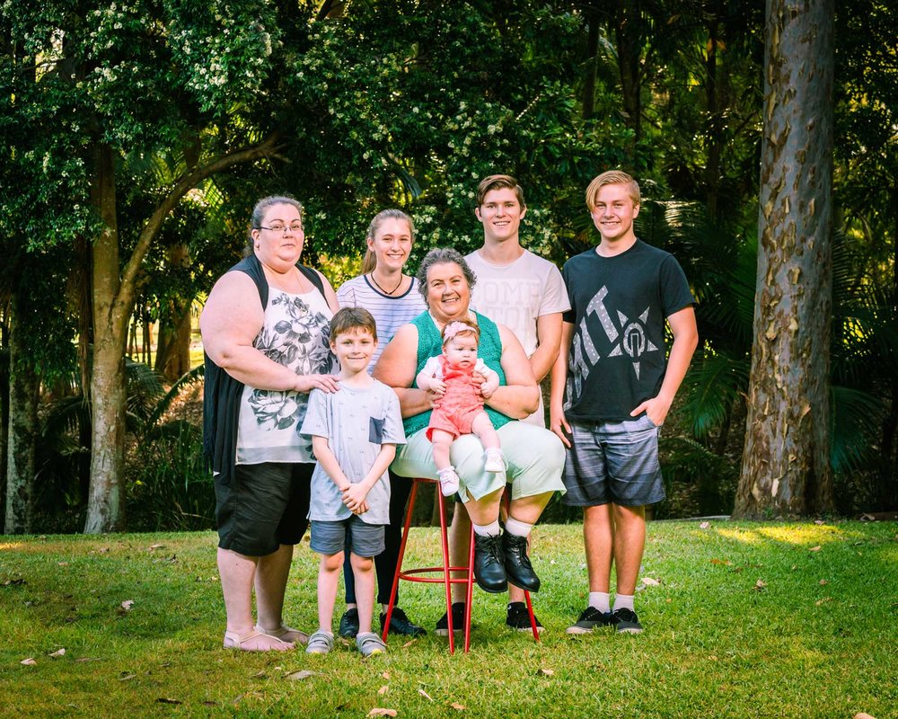 extended family portrait in centenary lakes caboolture