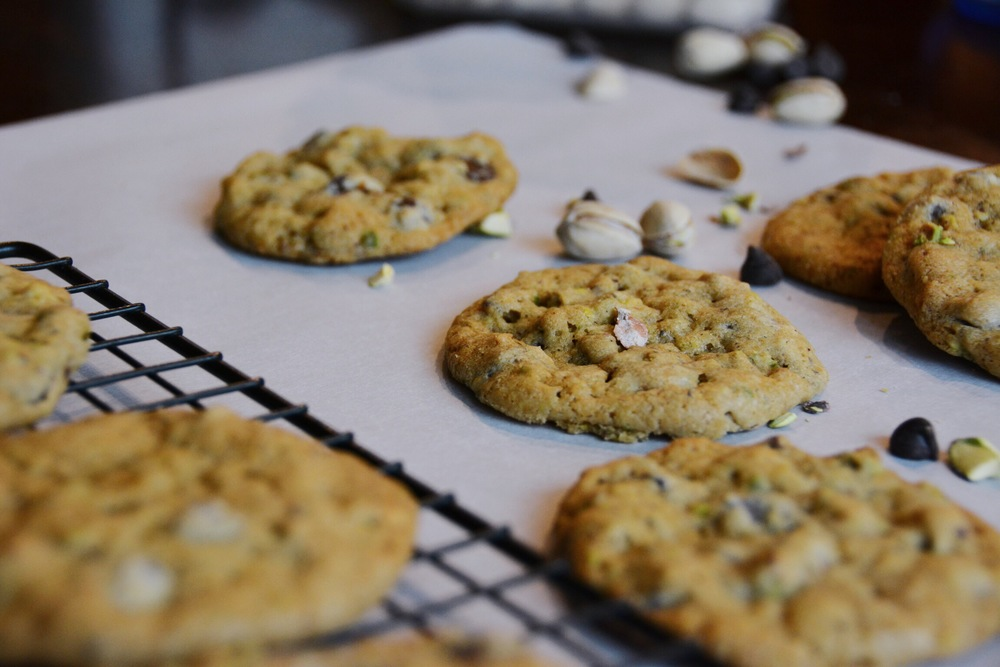 pistachio dark chocolate sea salt cookies | doughing it right