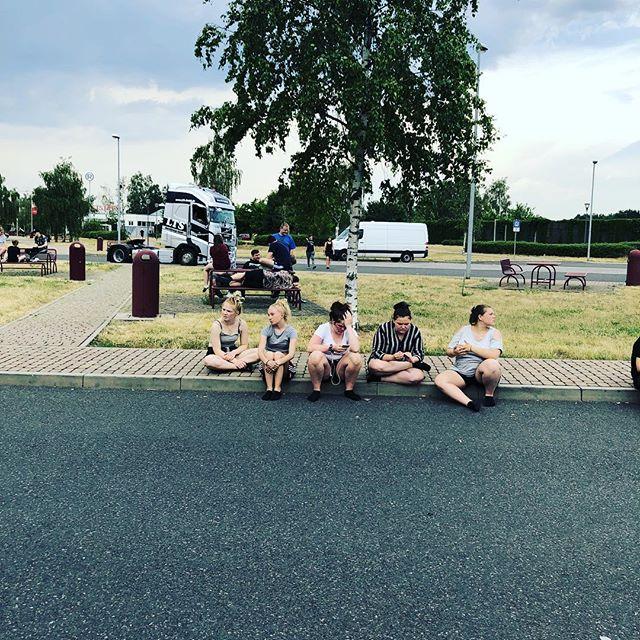 Lige nu er vi på en plads for at få lidt luft. Men godt på vej hjem. #hjem #bindernæs #bindernæsefterskole #bindernaesefterskole #efterskolelivet #efterskole #varmt #hot #tyskland #germany #home