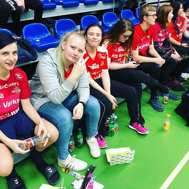 Eleverne skal også have en hyggelig søndag. Og når der er lokalt håndbold Å må man afsted #tsø @teamsydhavs #maribo #efterskolelivet