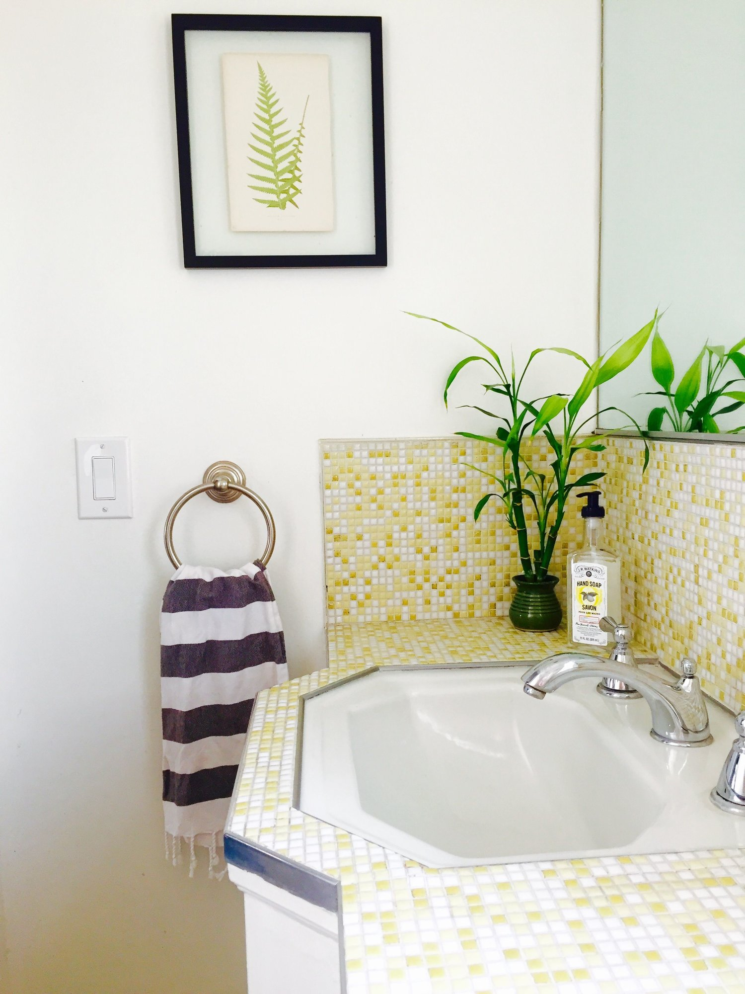 How to style your outdated bathroom so its a vintage delight ...