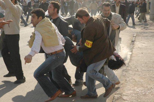 Foto: İlyas Aktaş (yaralı olarak taşınıyor)