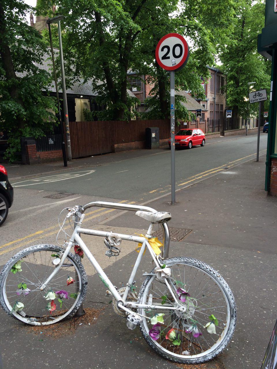 İngiltere Manchester'da bir hayalet bisiklet. Mayıs 2016.