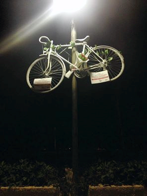 Bisikletliler tüm dünyada, kaybettikleri arkadaşları için '  hayalet bisiklet'ler ile  anma ritüeli gerçekleştirir. Yaşamını yitirenin ardından bisiklet beyaza boyanır ve arkadaşlarının yaşamını yitirdiği yere ya da   sevdiği bir mekâna zincirlenir.