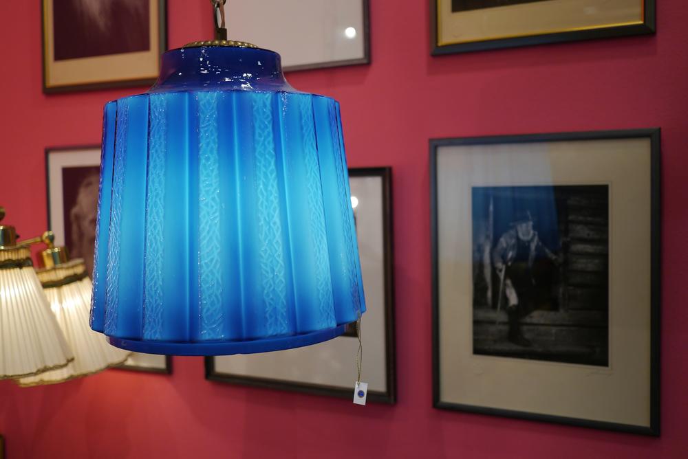 Så fin färgkombo med det koboltblå mot den rosa väggen.