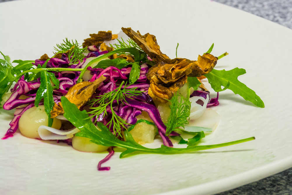 Winter salad with Jerusalem artichokes, red cabbage and ruccola.