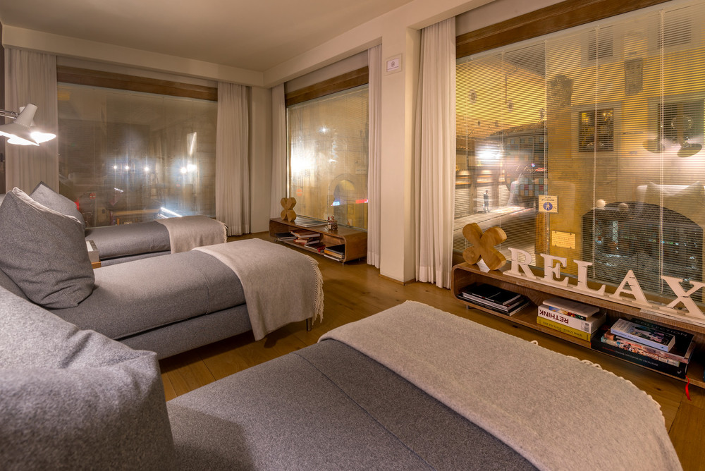 A relaxing room at Hotel Continentale with views of Ponte Vecchio