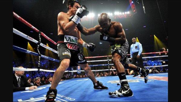 Bradley lands a right hand on Juan Manuel Marquez. Photo: Jeff Bottari/Getty Images