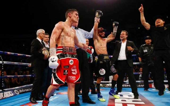 Linares raised his hand in victory as new WBA and THE RING lightweight champion. Photo: LIVEPIC