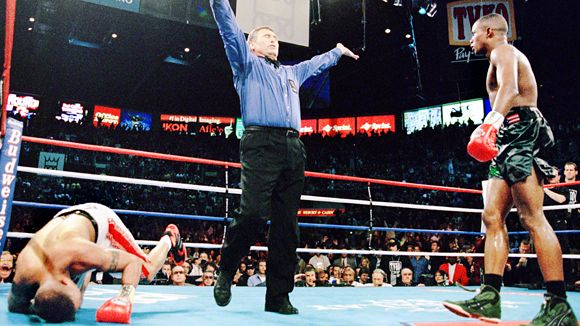 Referee Jay Nady waves off the fight in the 12th round of the Felix Trinidad-Fernando Vargas fight. Photo: Al Bello/Getty Images