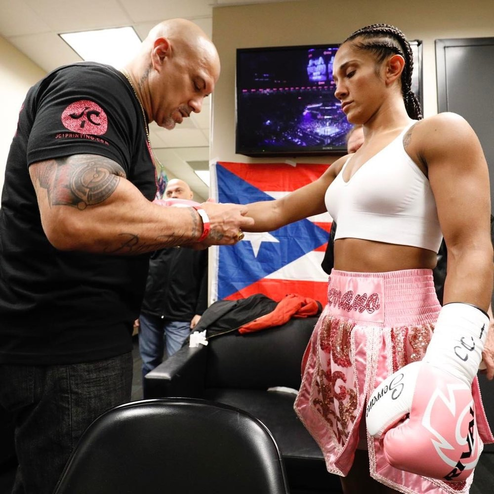Amanda Serrano putting her gloves on before her fight with Dahiana Santana. Photo: BigioShotYa