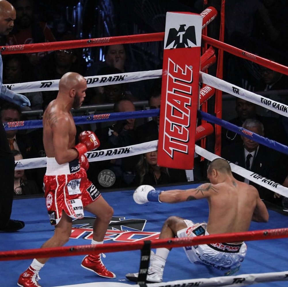 Ray Beltran lands a left hook knocking out Jonathan Maicelo in the second round. Photo: Marilyn Paulino