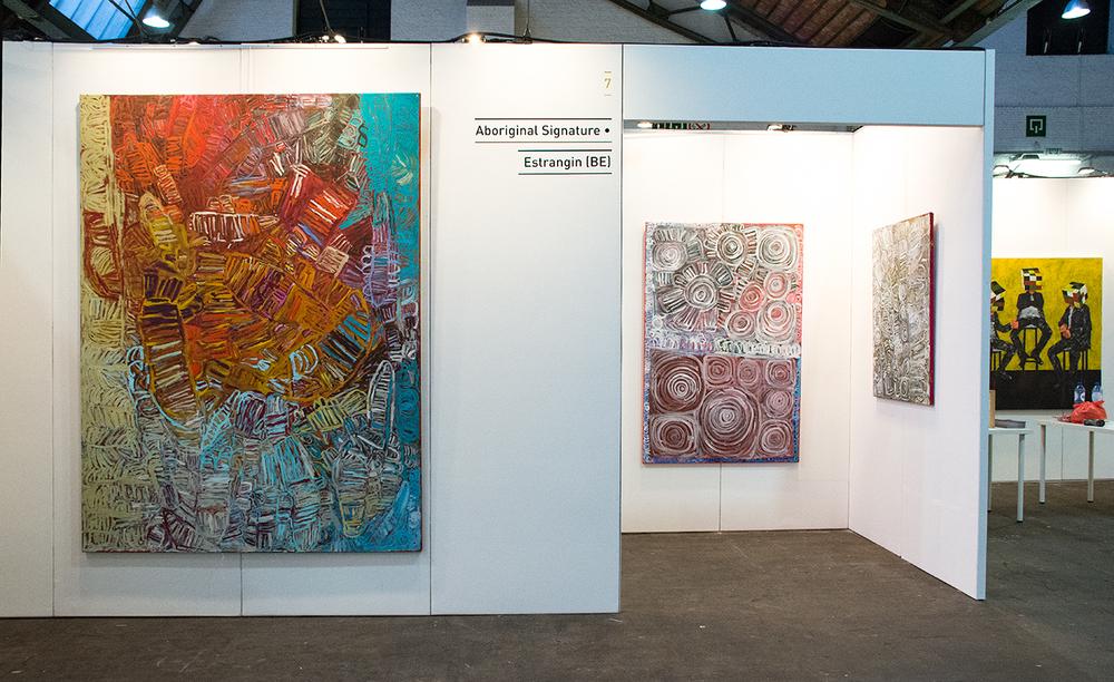 L'artiste Aborigène Sonia Kurarra sur le stand de la galerie, à la OFF FAIR 2015.