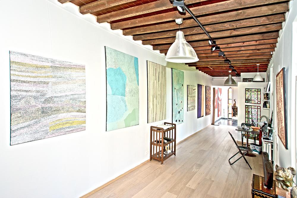 """Oeuvres des artistes Pepai Jangala Caroll, Yurpiya Lionel, Gordon Ingkatji. En partenariat avec Ernabella Arts. Toiles présentées dans le cadre de l'exposition """"Paysages Aborigènes incarnés du désert (APY land)""""."""